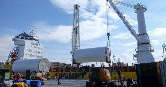 Navacel embarca las torres que formarán parte del primer parque eólico flotante