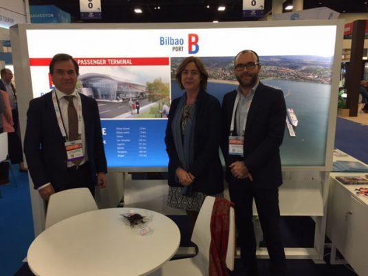 Representantes de la Autoridad Portuaria de Bilbao y de Bilbao Turismo