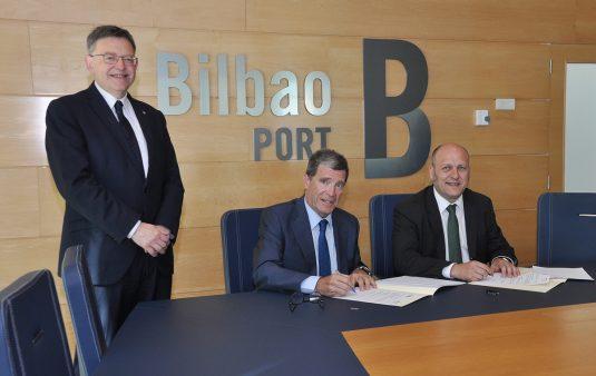 El presidente de la Generalitat valenciana, Tximo Puig, junto a los presidentes de ambas autoridades portuarias