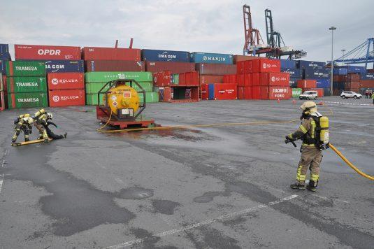 Simulacro de los bomberos en el puerto
