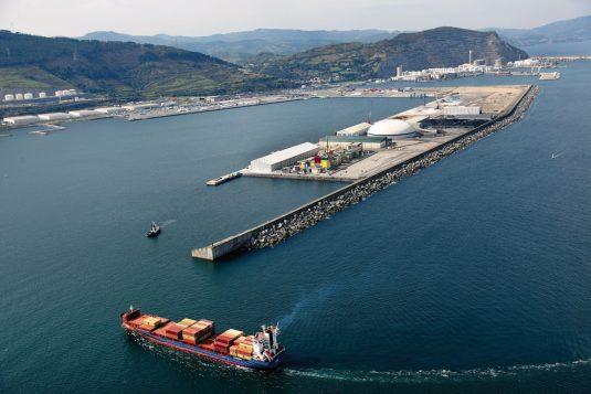 Entrada de un buque en el puerto de Bilbao