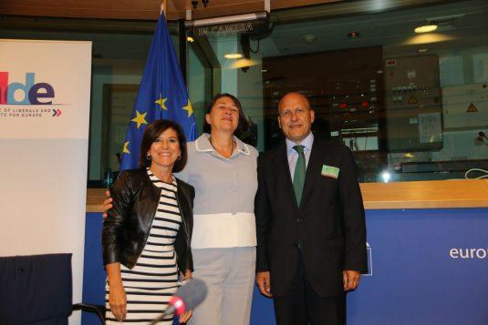 Izaskun Bilbao y Asier Atutxa con la comisaria de transporte, Violeta Bulc