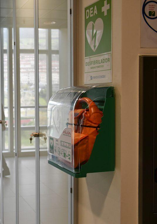 Imagen de un desfibrilador en la sede de la APB