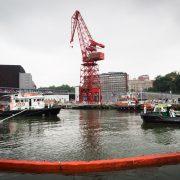 La Autoridad Portuaria de Bilbao realiza, en las inmediación  del Museo Marítimo, un simulacro de lucha contra la contaminación marina