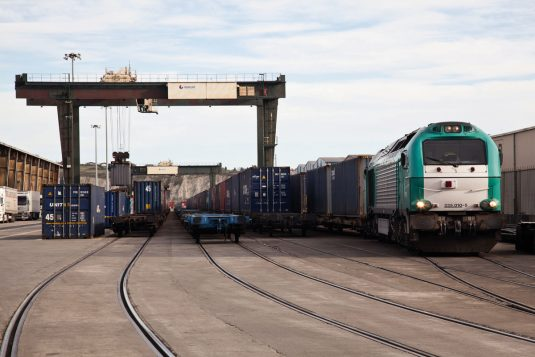Fewrrocarril en la terminal de contenedores del puerto