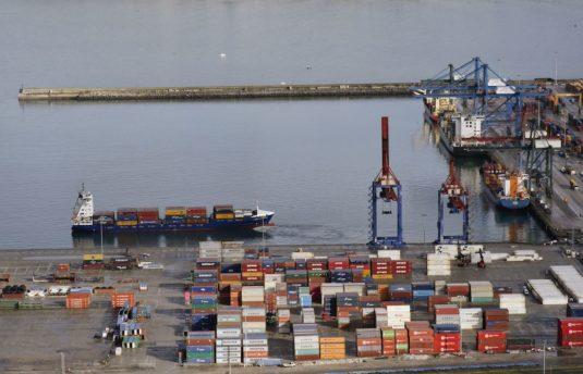 Llegada de un buque a la terminal de contenedores