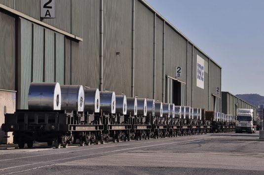 Bobinas de acero sobre plataformas ferroviarias