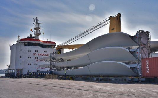 Piezas eólicas en el puerto de Bilbao