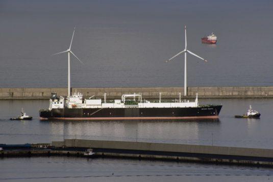 Buque y aerogeneradores en el puerto
