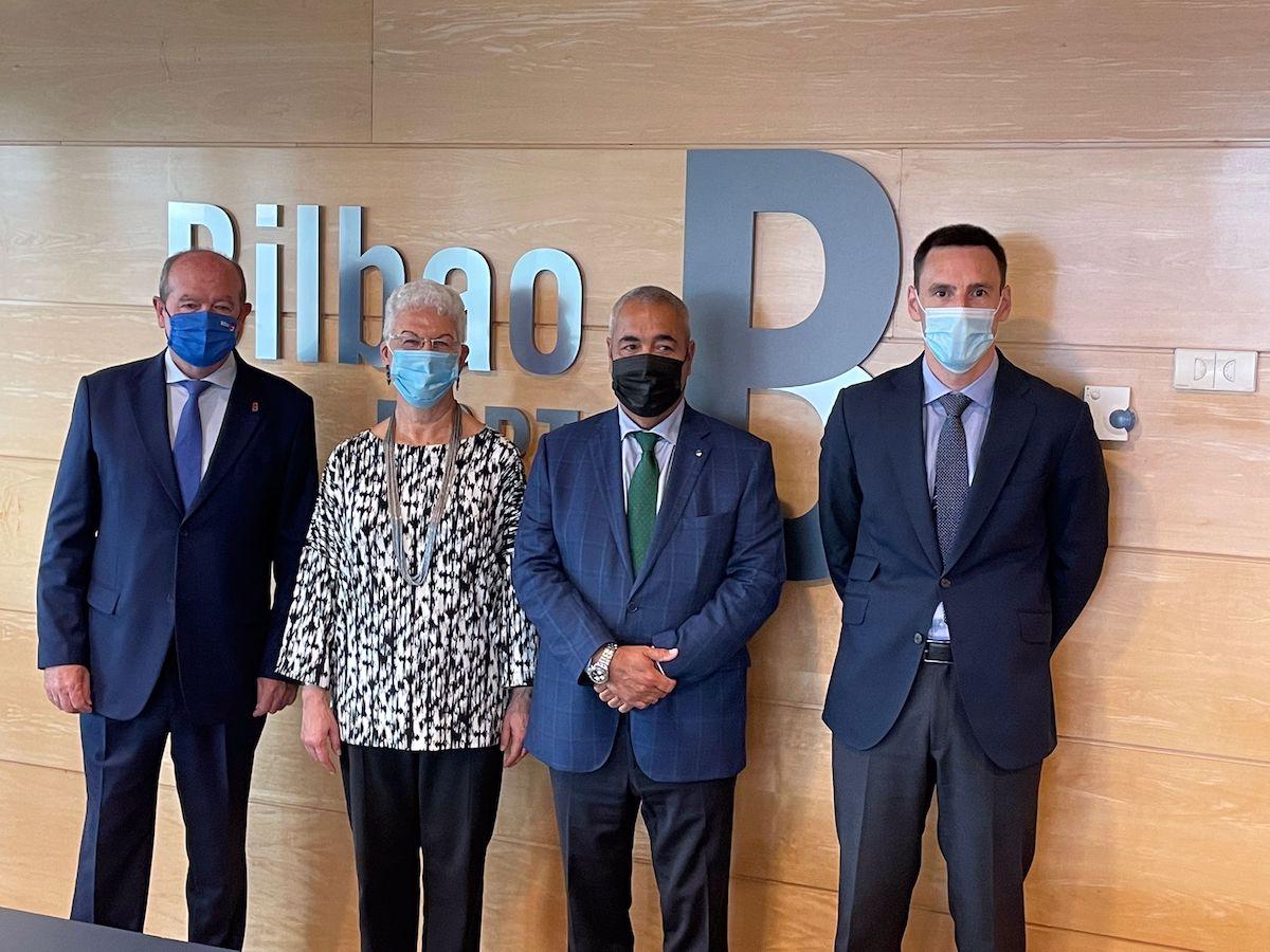 La embajadora junto a los representantes de la Autoridad Portuaria y Uniport Bilbao
